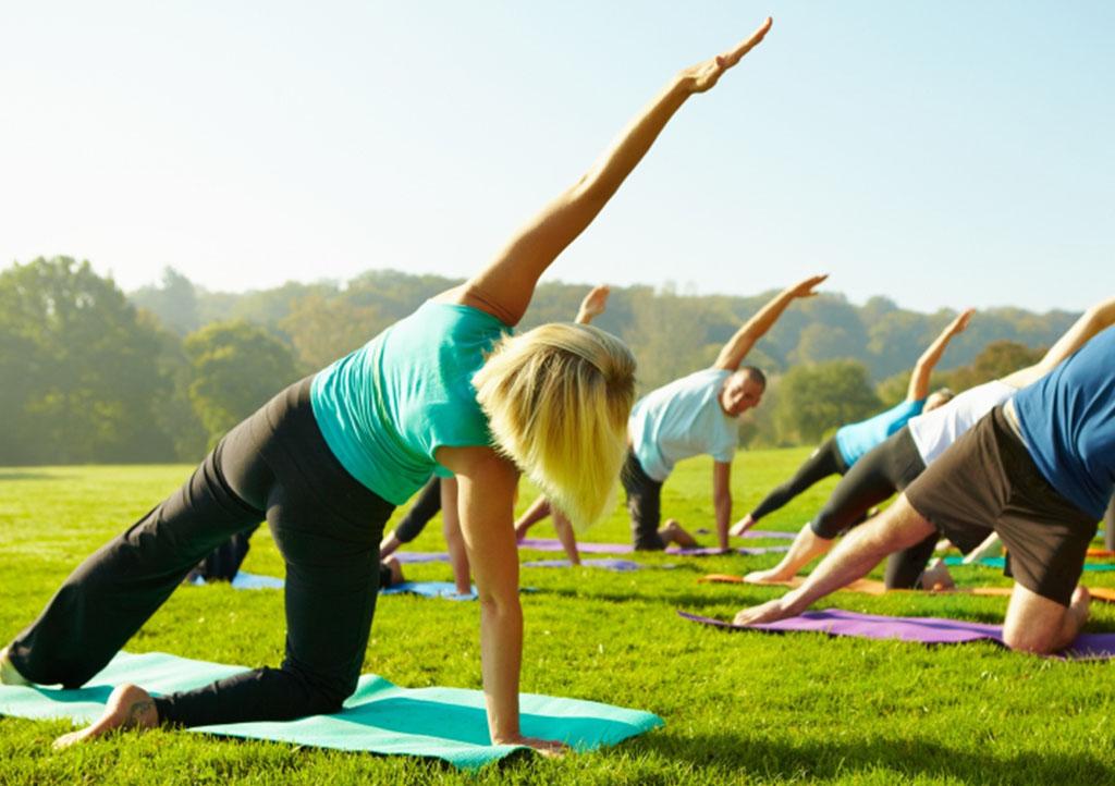 _0001s_0000_yoga-gruppe-wiese
