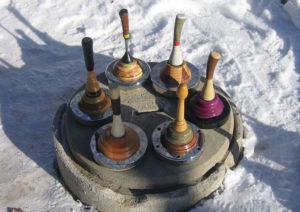 Im Rahmen der DEEPWOOD Weihnachtsfeier stehen Eisstöcke zum Schießen bereit