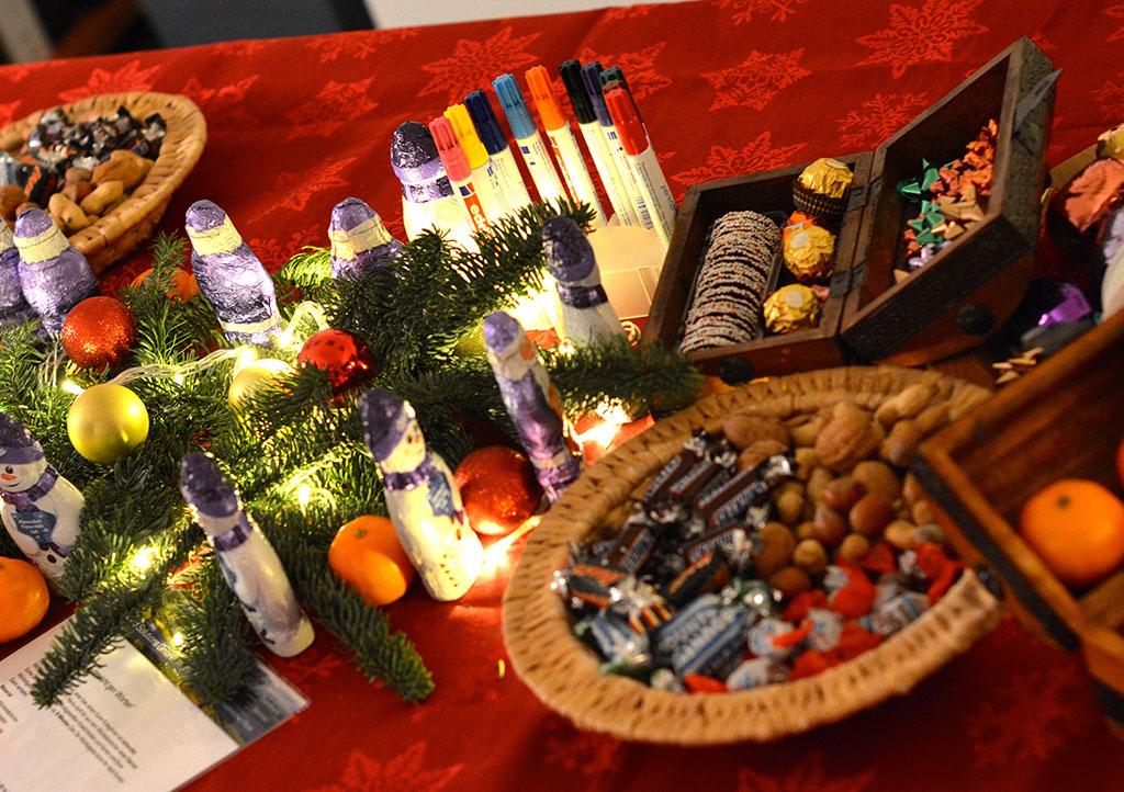 Auf der DEEPWOOD Weihnachtsfeier stehen Materialien zum Basteln und Verschenken bereit