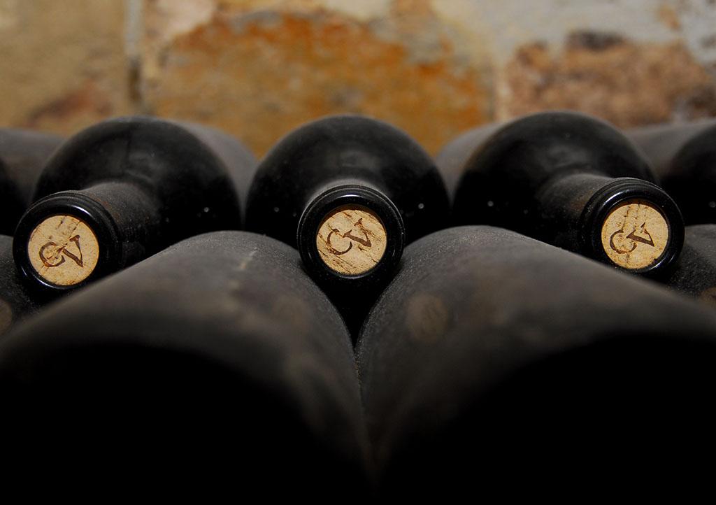 Auf der DEEPWOOD Weihnachtsfeier liegt Wein zum Tasting bereit