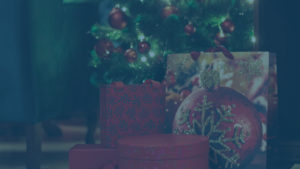 Geschenke liegen unter dem Tannenbaum