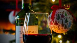 Ein Weinglas vor dem Tannenbaum - DEEPWOOD Weihnachtsfeier